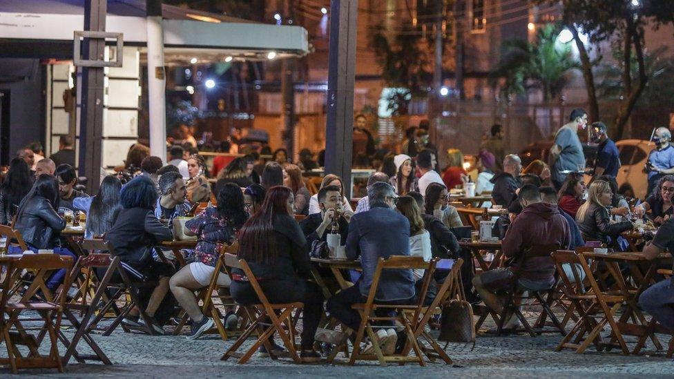 Bar lotado no bairro da Tijuca, no Rio de Janeiro, logo após reabertura de bares e restaurantes na cidade em julho