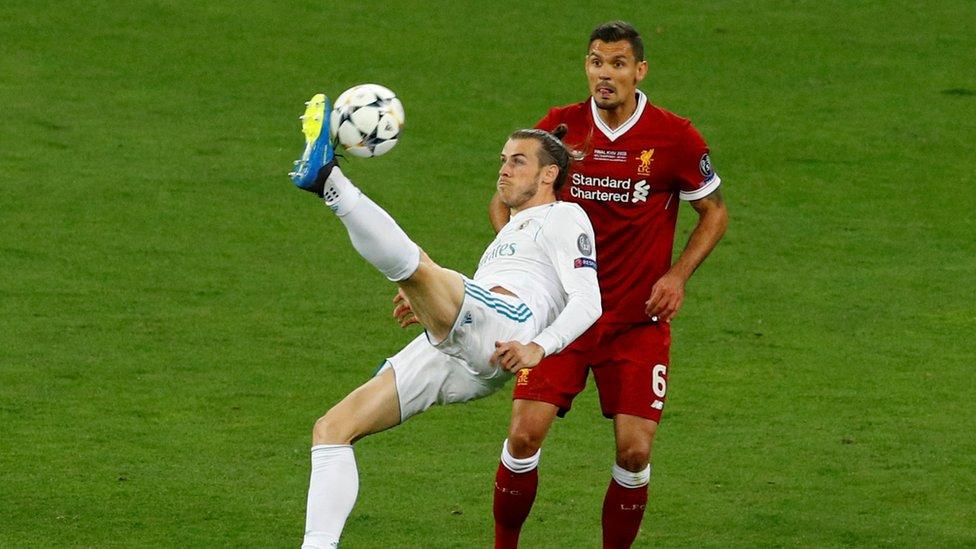 Gareth Bale remata en la final de la Liga de Campeones.