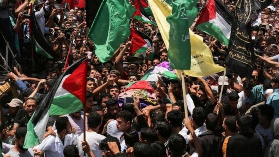مشيعون لجثمان رزان النجار، المسعفة الطبية، التي قتلت خلال مسيرات العودة في وقت سابق