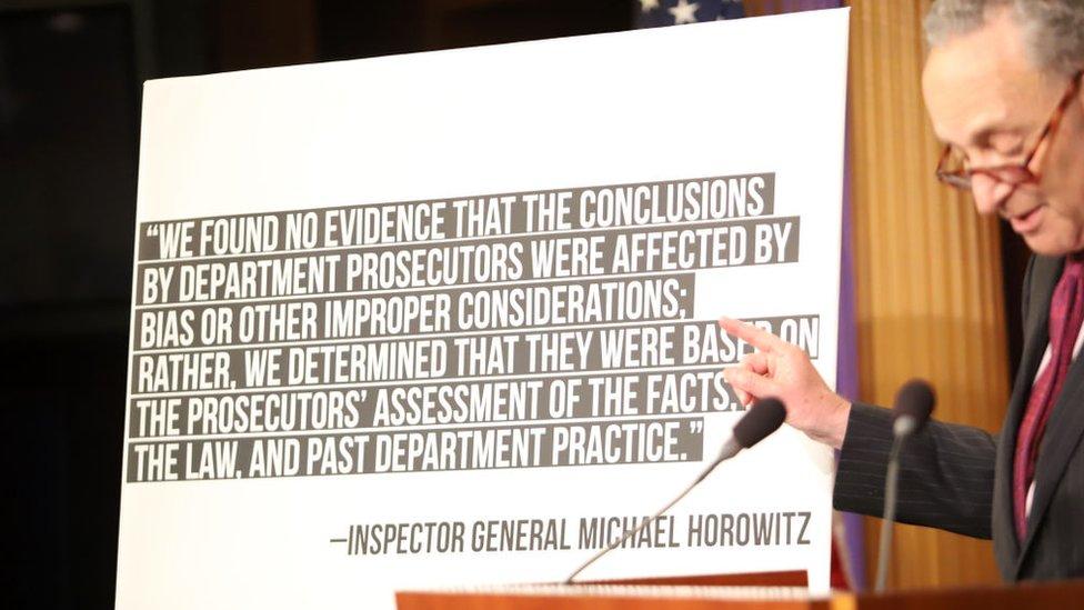 El senador demócrata Chuck Schumer en una exposición sobre el informe de los correos de Hillary Clinton.