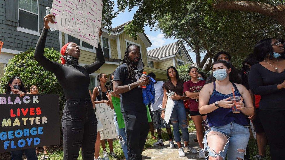 Protesta frente a la propiedad que Derek y Kellie Chauvin tienen en la ciudad de Windermere (Florida).
