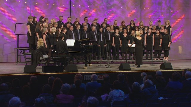 Côr Cymysg dros 45 mewn nifer (26) / Mixed Choir with over 45 members (26)
