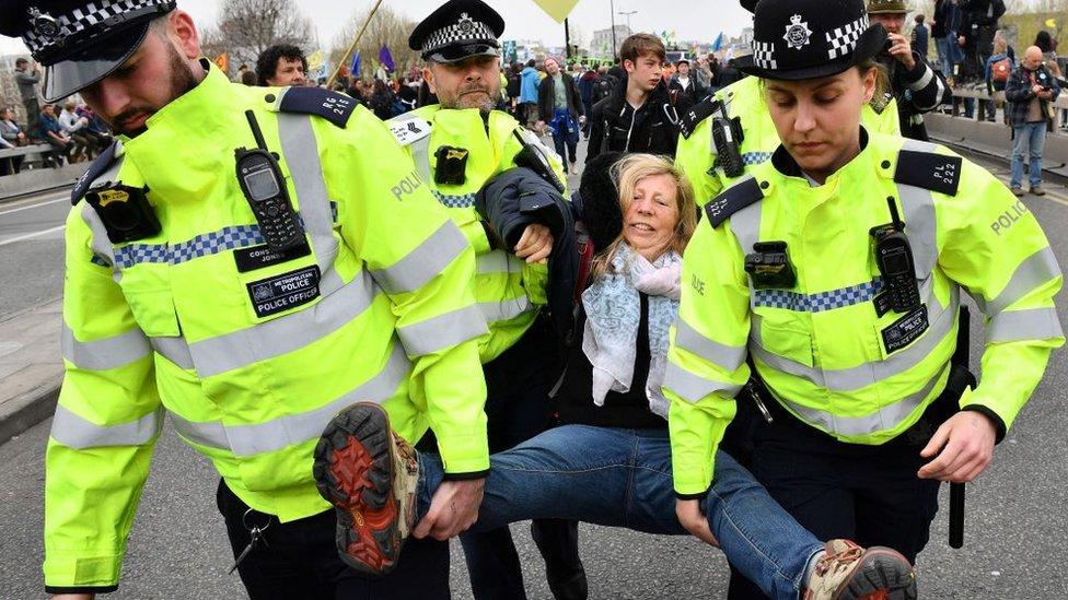 policija nosi ženu