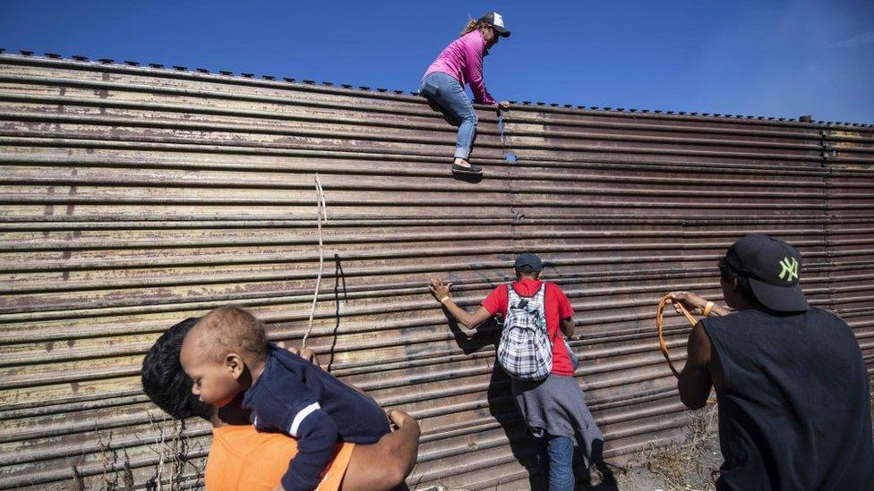 Centenares de migrantes, incluyendo mujeres y niños, intentaron cruzar hacia EE.UU. saltando una valla en la frontera con México.
