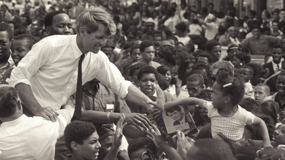 Robert Kennedy en campaña en Detroit.