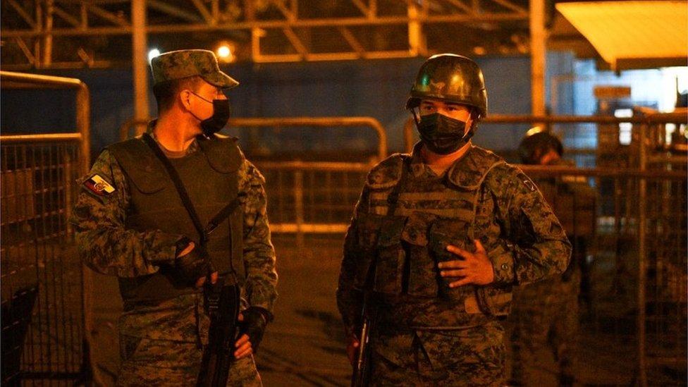 Guardias aufera de la cárcel de Guayaquil