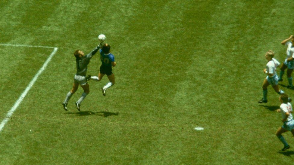 """Maradona durante el gol conocido como """"la mano de Dios""""."""