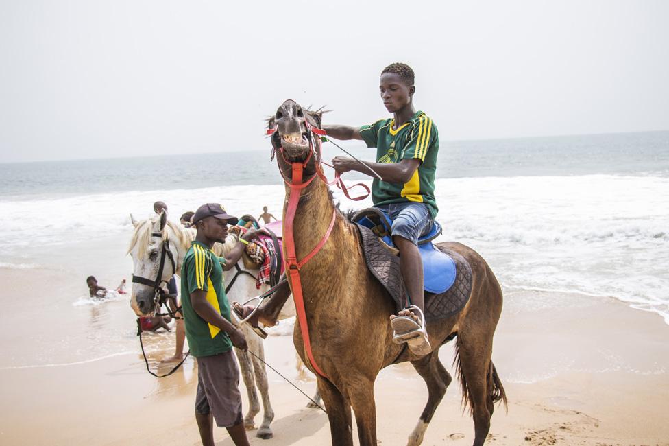 grupa jahača konja