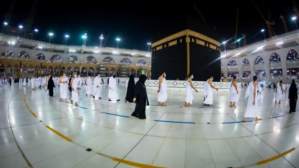 2020年10月4日,穆斯林遵守隔離規定在麥加大清真寺內朝覲。