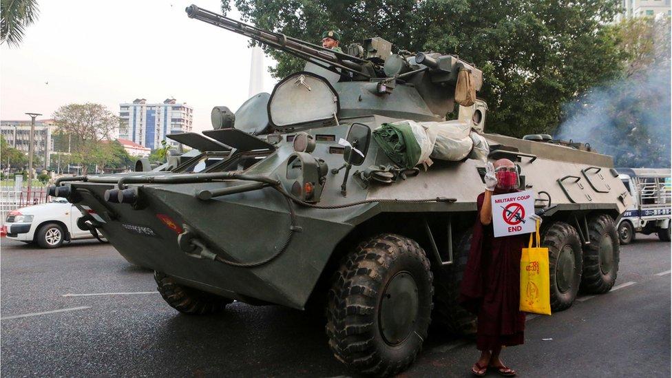 Un vehículo blindado en Rangún