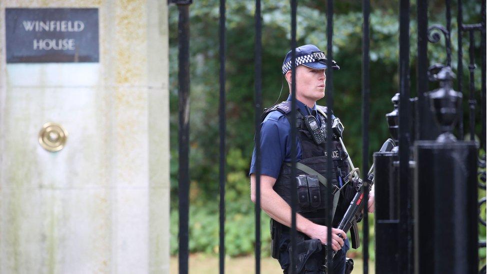 Policajac ispred ambasade
