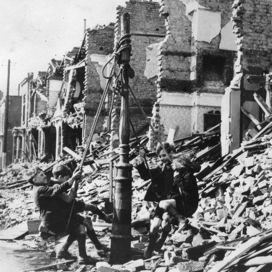 Niños jugando entre los escombros de la Segunda Guerra Mundial