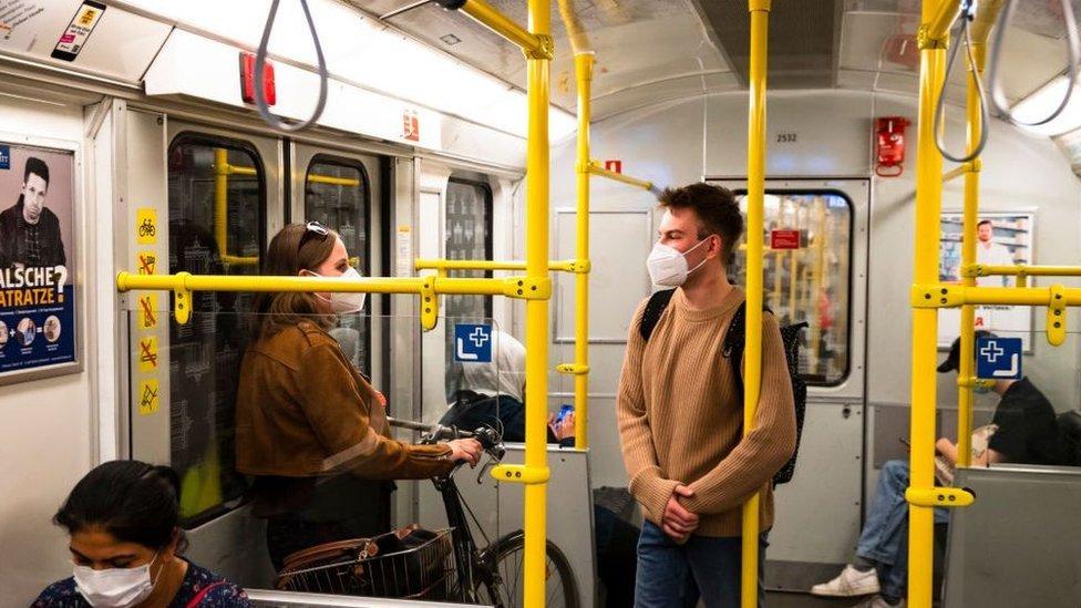 Personas en el metro.