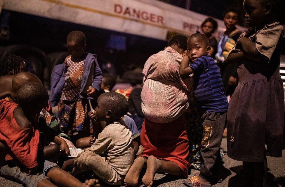 familias huyendo de la zona del volcán