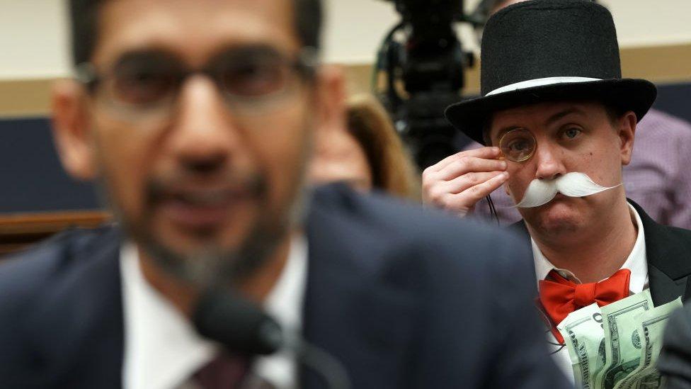 Ian Madrigal ataviado como el hombre del monopoly.