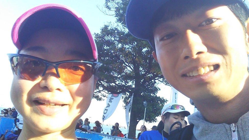 Shoji Morimoto junto al cliente que completó una maratón.