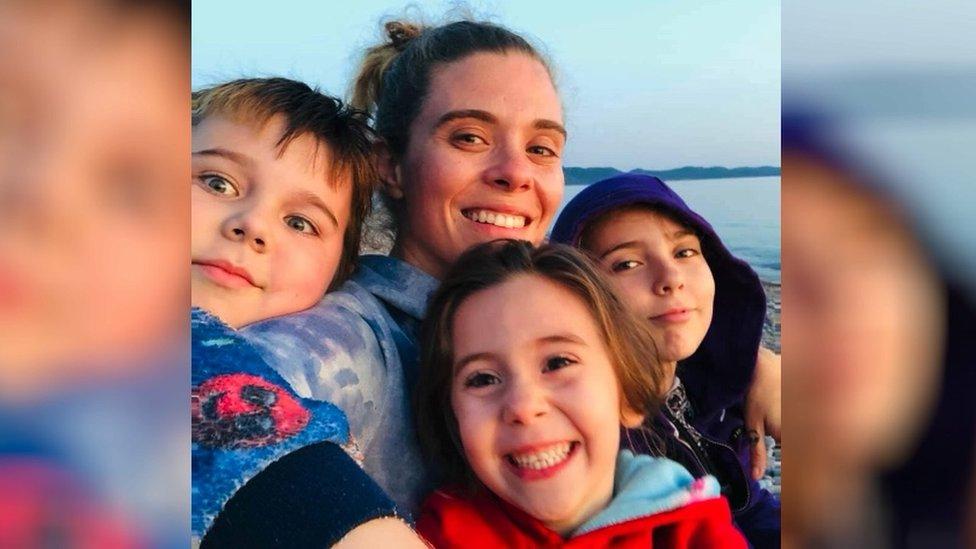 Alana artık ailesiyle birlikte göle beş dakika uzaklığında bahçeli bir evde yaşayacak parasının olduğunu söylüyor