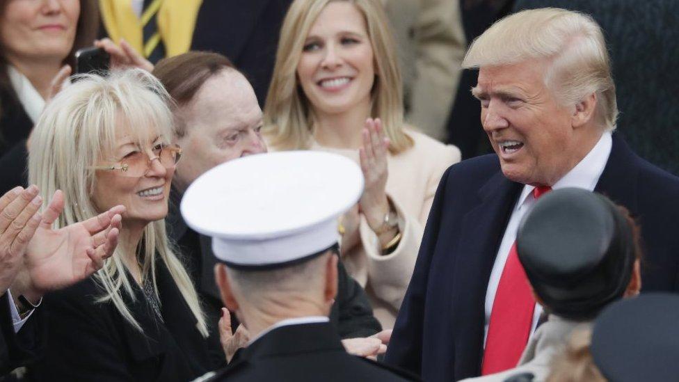 دعم أديلسون وزوجته دونالد ترامب في عام 2016 وتم تصويرهما معا في حفل التنصيب