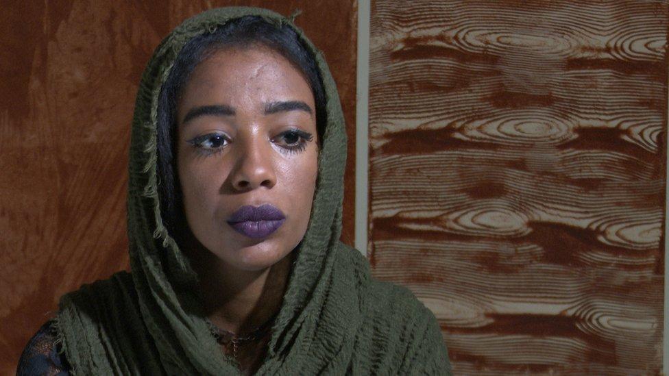 رفقة أثناء المقابلة مع مراسل بي بي سي في الخرطوم