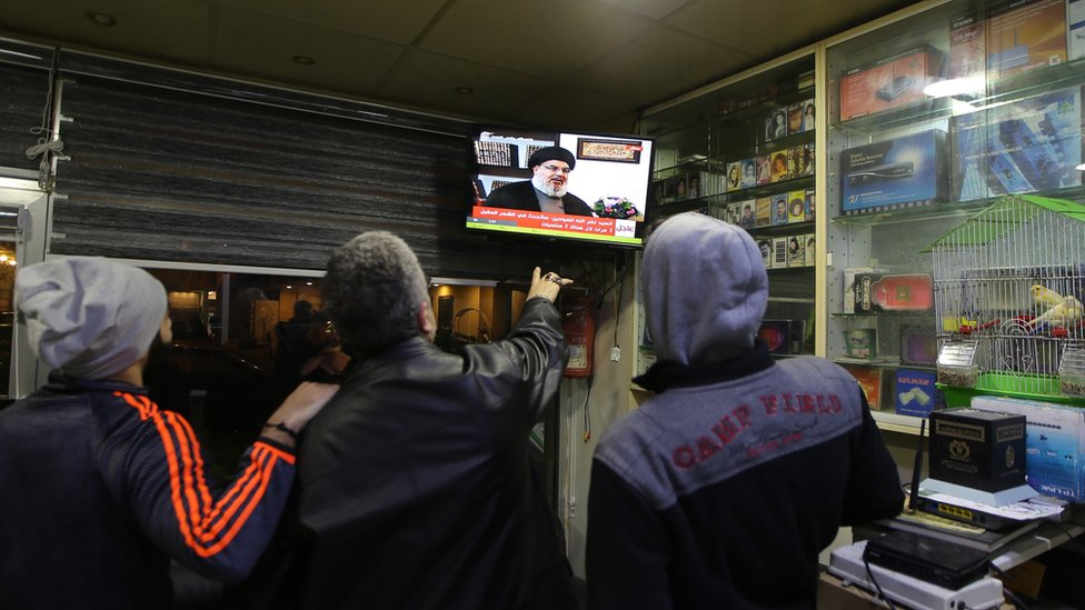 لبنانيون يتابعون مقابلة نصرالله