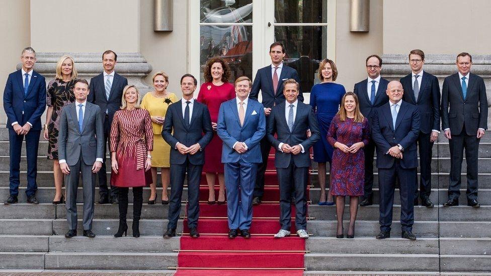 صورة جماعية للحكومة المستقيلة
