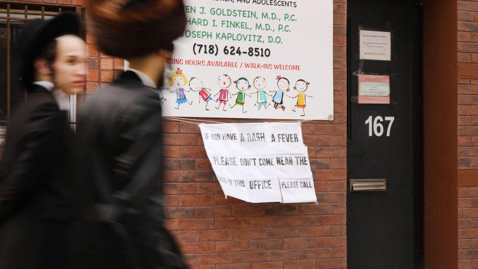 علقت لافتة على مكتب طبيب في منطقة بروكلين تحذر من تفشي الحصبة