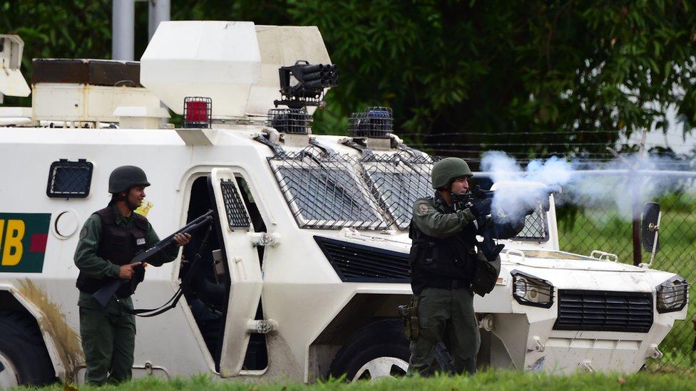 Activistas antigubernamentales y la Guardia Nacional se enfrentan en Valencia, Venezuela, agosto 6 de 2017