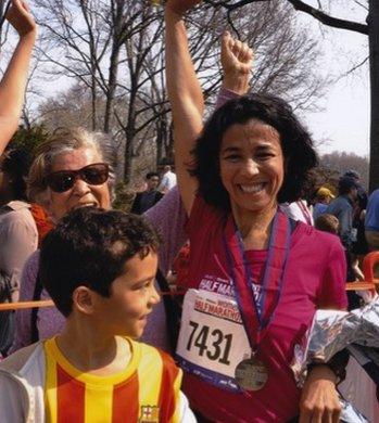 مع أمها وابنها بعد أن أنهت سباق نصف ماراثون لأول مرة