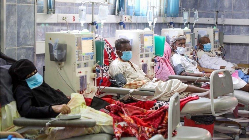 Para pasien sedang melakukan cuci darah di sebuah rumah sakit di Taez, Yaman (08/06)