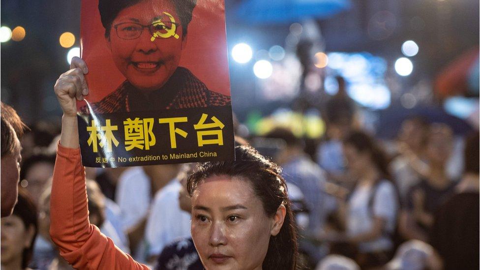 香港維園六四燭光晚會中,有人舉牌抗議《逃犯條例》,並促請行政長官林鄭月娥下台。
