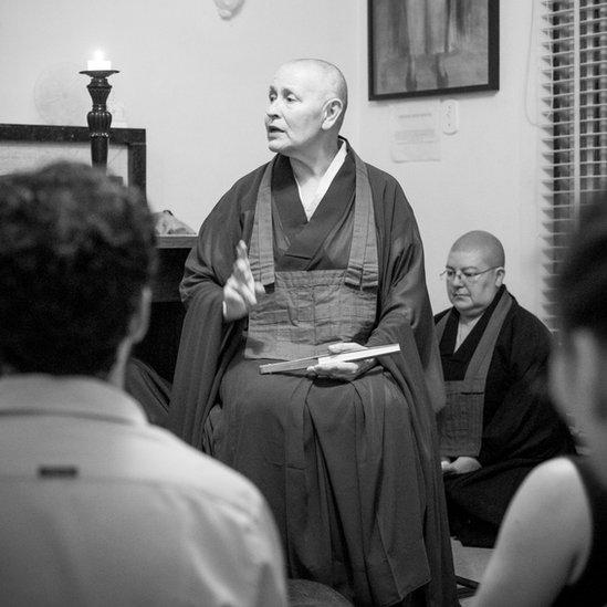 Monja Coen enseñando en su templo en Sao Paulo