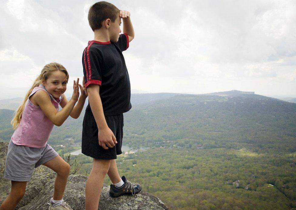 Una niña bromea sobre tirar a su hermano por un barranco