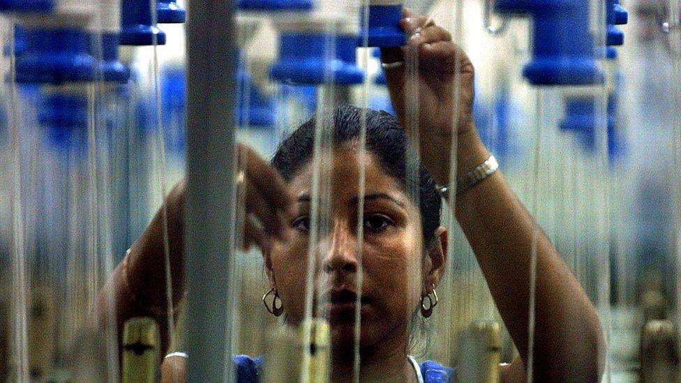 Mujer en maquila textil hondureña.