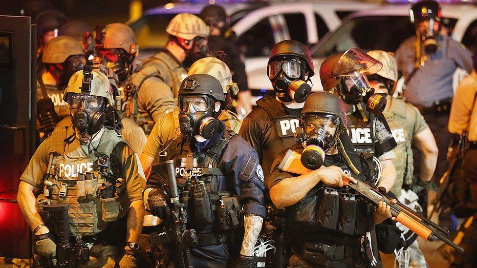 Agentes de policía en Missouri tras la muerte de Michael Brown en 2014.