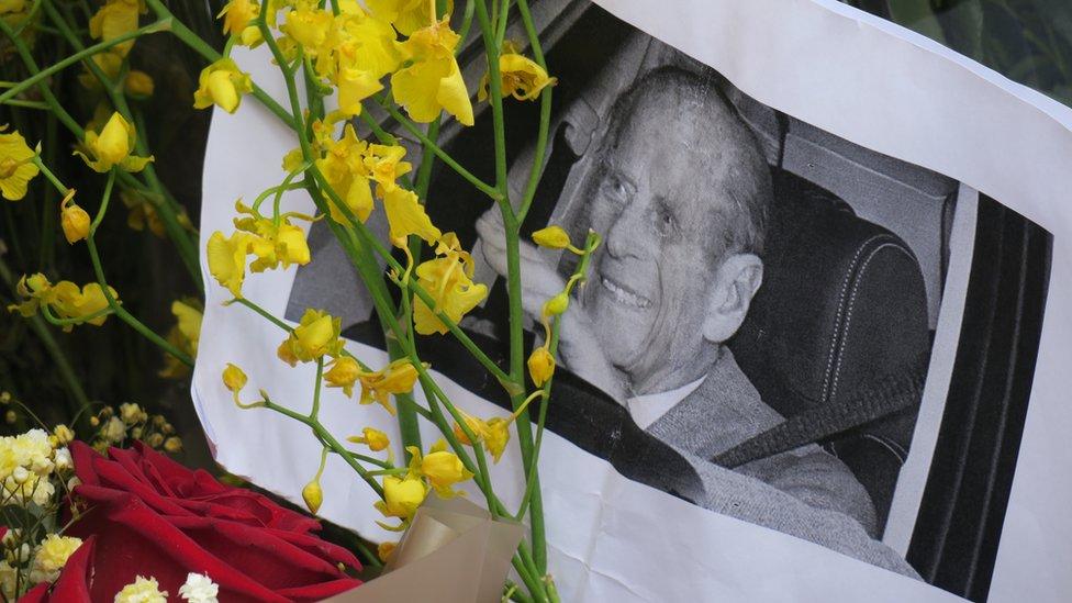 悼念民眾在英國駐香港總領事館外擺放菲利普親王遺照並獻花悼念(14/4/2021)