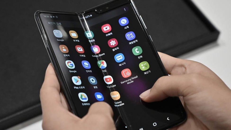 बीबीसी क्लिक: दुनिया के पहले फ़ोल्डेबल स्मार्टफ़ोन में क्या हैं खूबियां?