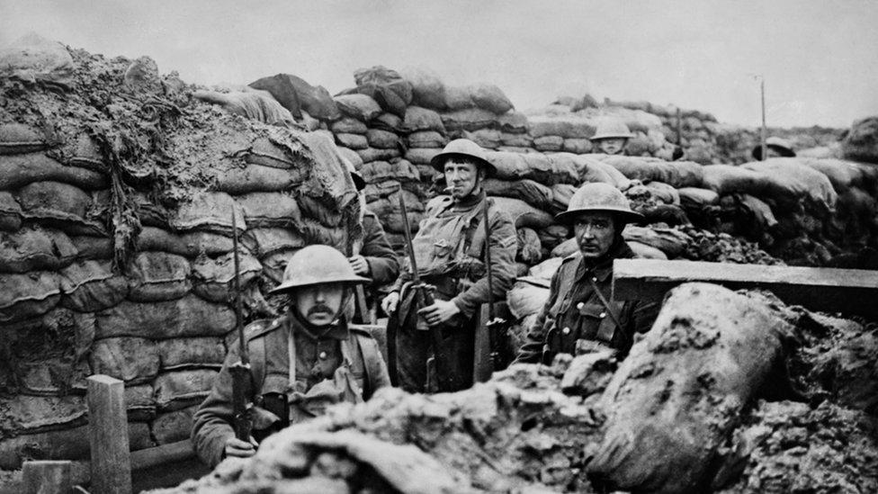 """جنود في خندق أثناء الحرب العالمية الأولى """"أرشيف"""""""