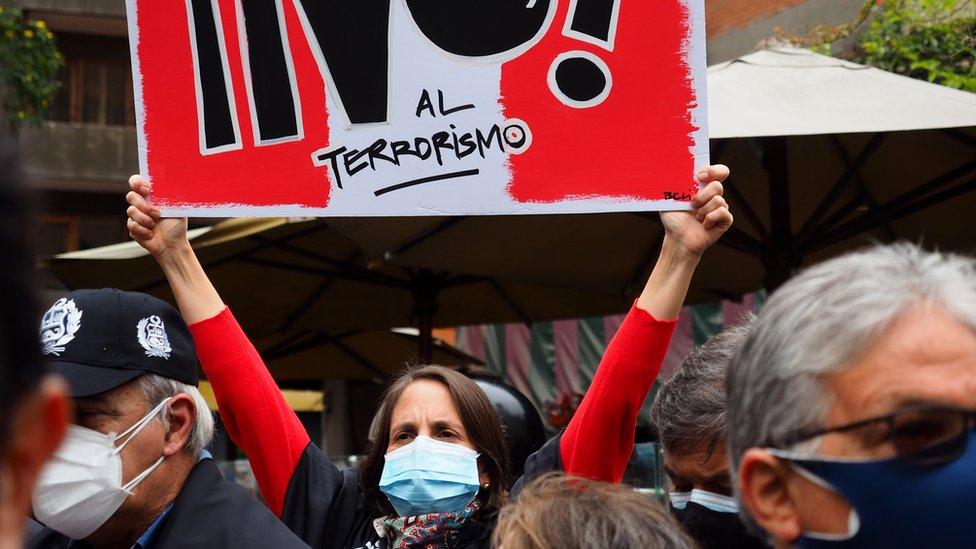 Mujer porta un cartel con el mensaje de