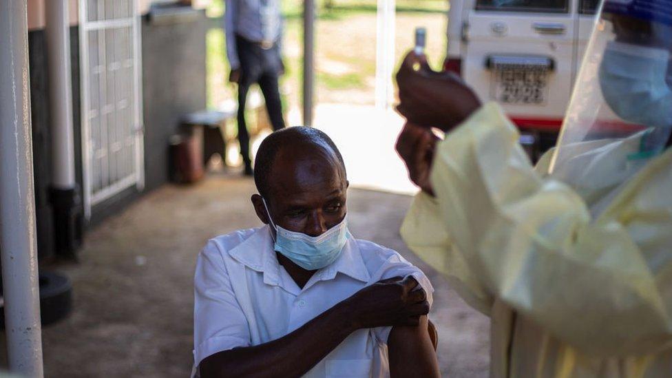 aşı olan bir adam.