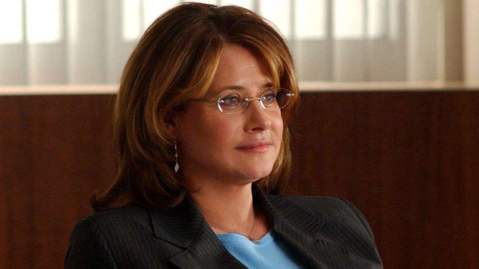 Sopranos dizisinde Tony Soprano'nun terapisti olan Dr. Jennifer Melfi karakteri televizyon ekranındaki en iyi terapistlerden biri olarak değerlendiriliyor