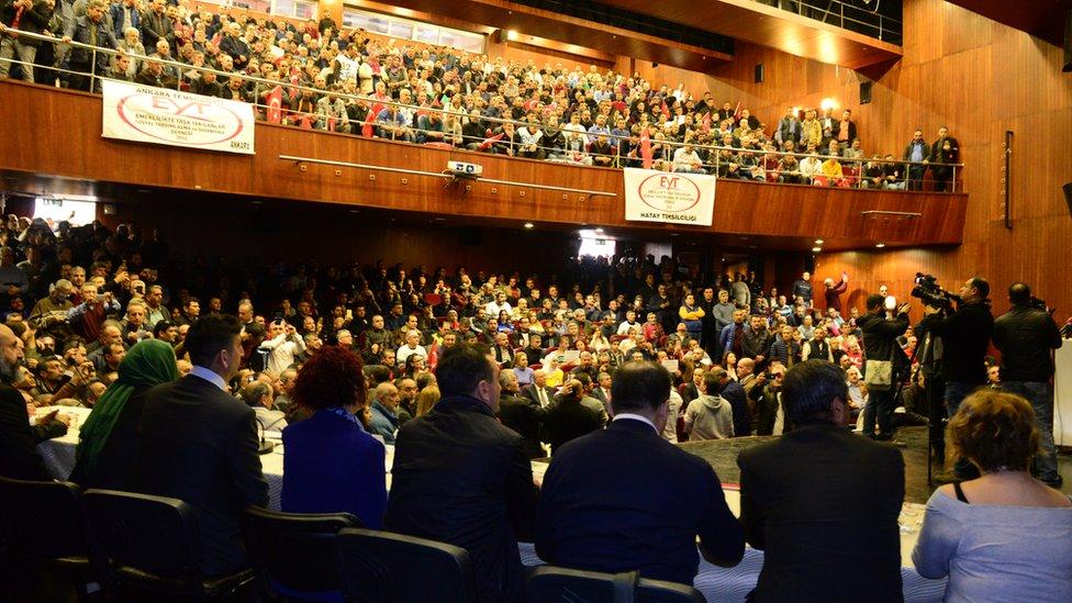 Emeklilikte yaşa takılanlar Adana'da geniş katılımlı bir toplantı düzenledi