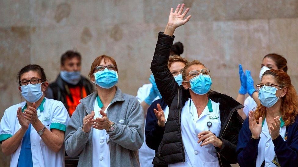Aplaudira se medicinskim radnicima širom sveta