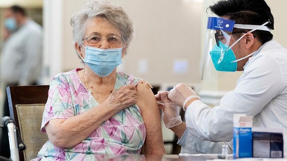 Idosa é vacinada contra a covid-19