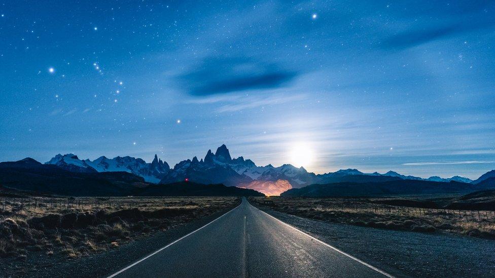 Vista panorámica de la Patagonia: El camino recientemente pavimentado que conecta El Calafate con El Chalten es conocido por ser uno de los caminos más hermosos del mundo.