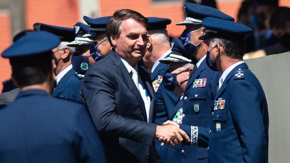 Bolsonaro saluda a militares .