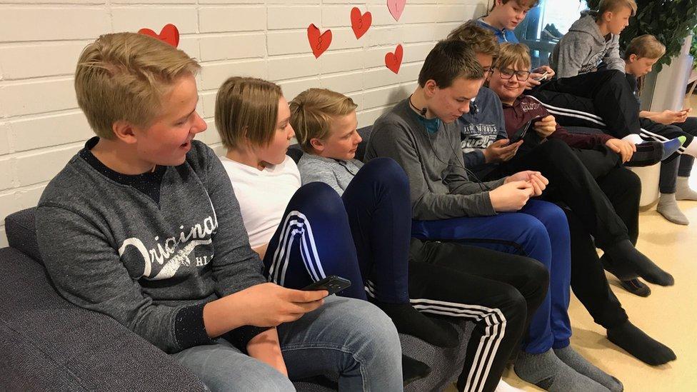 La escuela de Hauho es relajada sobre el uso de celulares en clase y en la hora del almuerzo.