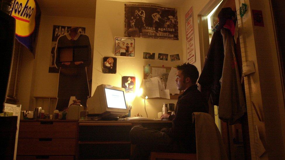 Bilgisayar başında bir genç
