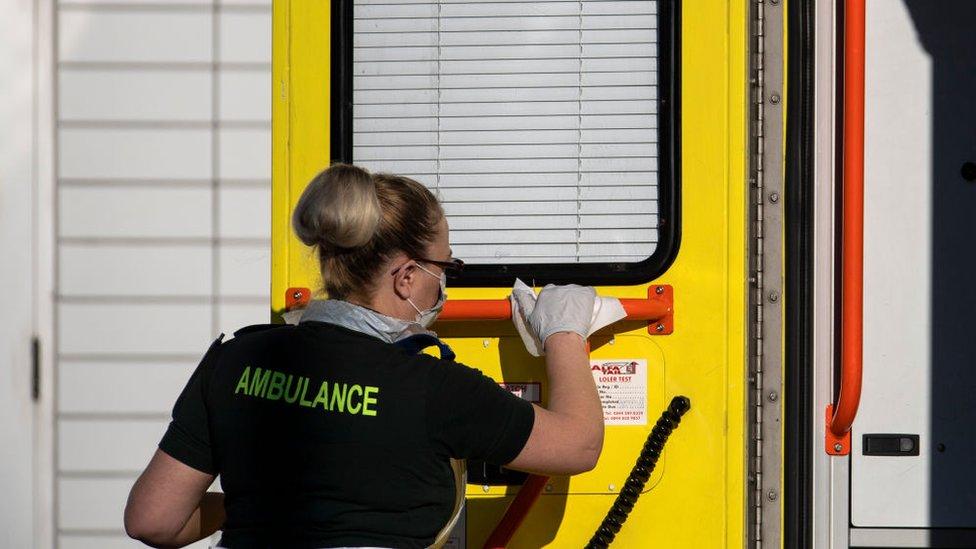 Trabajadora de salud limpiando una ambulancia