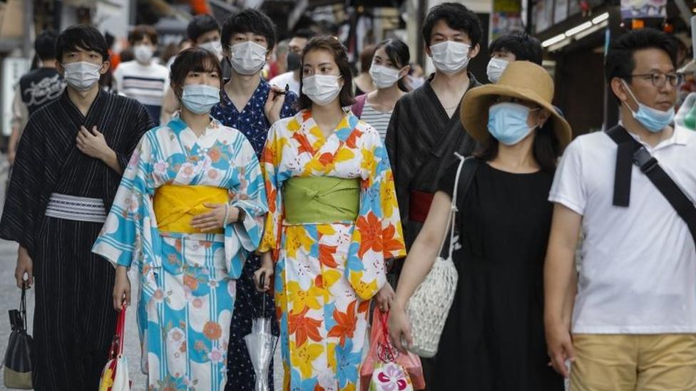 Varias personas con mascarillas en Japón