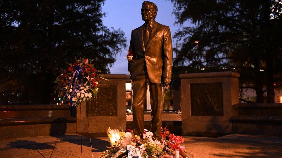 زهور أمام نصب لجورج بوش الأب في تكساس